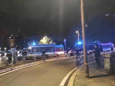Roma, corteo anti-coprifuoco: caos al centro / Video