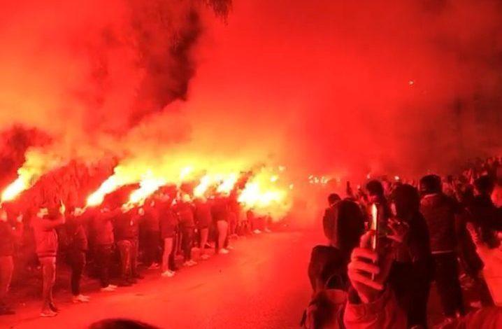Napoli in lutto per Maradona, salta tutte le regole della zona rossa Covid